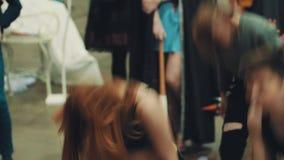 Ludzie grupują tana passionatly wpólnie przy salowym zatłoczonym wydarzeniem zdjęcie wideo