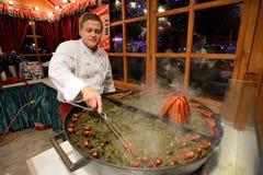 Ludzie handlują jedzenie w Bożenarodzeniowym jarmarku Obrazy Royalty Free