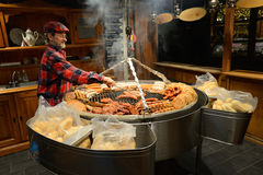Ludzie handlują jedzenie w rocznym Bożenarodzeniowym jarmarku Zdjęcie Royalty Free