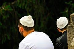 2 ludzie Hasidim żyd w tradycyjnych belach siedzą w parku w Uman czas Żydowski nowy rok, brzęczenia fotografia stock