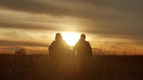 Ludzie iść grupowa podróż turystów śródpolna natura zmierzchu sylwetki dwa ludzie podróży turysta natury grupy ludzie Zdjęcie Royalty Free