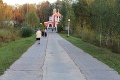 Ludzie iść ortodoksyjna świątynia w tle las zdjęcia royalty free