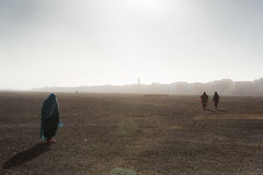 Ludzie iść przez pustyni Zdjęcia Stock