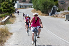 Ludzie iść rowerem w mieście w Milos, Grecja Mnóstwo tou Fotografia Royalty Free