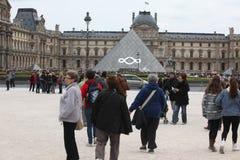 Ludzie iść sławny louvre muzeum na Kwietniu 27, Obrazy Royalty Free