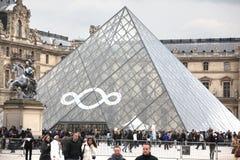 Ludzie iść sławny louvre muzeum na Kwietniu 27, Zdjęcia Stock