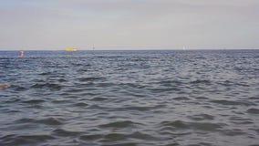 Ludzie i łodzie w morzu zbiory