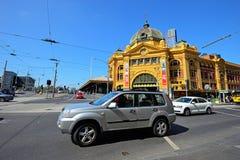 Ludzie i dojeżdżający na ulicie blisko Flinders ulicy staci Fotografia Royalty Free
