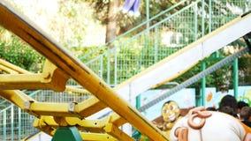 Ludzie i dzieciaki ma zabawę przy dziecko kolejką górską zbiory wideo