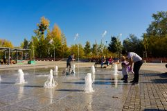 Ludzie i fontanna zdjęcia stock