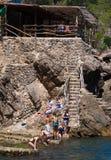 Ludzie i kamieni kroki blisko wodnego ` s ostrzą w Mallorca, Hiszpania Zdjęcie Royalty Free