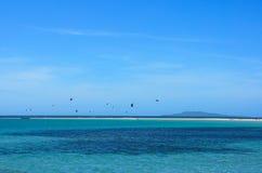 Ludzie i kitesurfing Cuyo wyspa fotografia stock