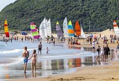 Ludzie i Kolorowi jachty na plaży w Durban Zdjęcie Stock