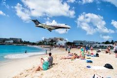 Ludzie i lądowanie samolot Obraz Stock