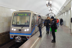 Ludzie i pociąg przy Kurskaya stacją na Listopadzie 08, 2016 w Mos Zdjęcie Stock