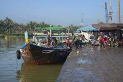 Ludzie i pojazdy ładują na miasto promu dla skrzyżowania strona przeciwna Thu bonu rzeką hoi Vietnam Zdjęcie Stock