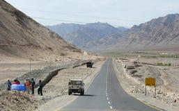 Ludzie i pojazdy na halnej drodze w Ladakh, India Obrazy Royalty Free