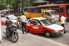 Ludzie i pojazdy na ulicie w Penang, Malezja Obrazy Stock