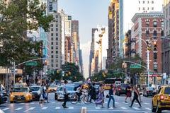 Ludzie i ruch drogowy w Miasto Nowy Jork fotografia stock