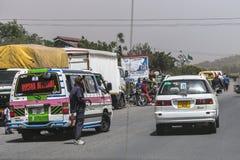 Ludzie i samochody na drodze Obrazy Royalty Free