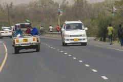 Ludzie i samochody na drodze Obraz Stock