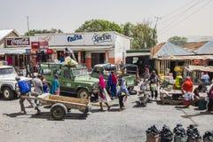 Ludzie i samochody na drodze Obrazy Stock