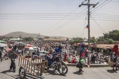 Ludzie i samochody na drodze Zdjęcia Royalty Free