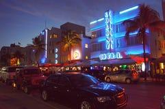 Ludzie i samochody ruszają się przy noc oceanu przejażdżki ulica zdjęcie royalty free