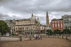 Ludzie i starzy budynki przy centrum miasta Antwerp Obraz Stock