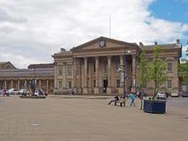 ludzie i taxi w świątobliwym Georges obciosują Huddersfield przed fasadą historyczny wiktoriański dworzec fotografia stock
