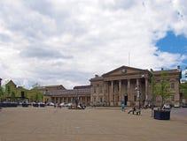ludzie i taxi w ?wi?tobliwym Georges obciosuj? Huddersfield przed fasad? historyczny wiktoria?ski dworzec zdjęcia stock