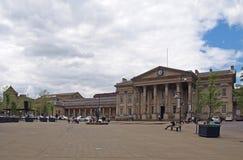 ludzie i taxi w ?wi?tobliwym Georges obciosuj? Huddersfield przed fasad? historyczny wiktoria?ski dworzec zdjęcie royalty free