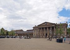 ludzie i taxi w ?wi?tobliwym Georges obciosuj? Huddersfield przed fasad? historyczny wiktoria?ski dworzec obraz royalty free