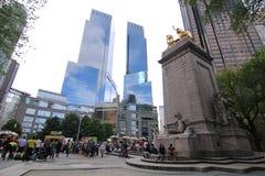 Ludzie i Time Warner budynek blisko Kolumb okręgu zdjęcie stock