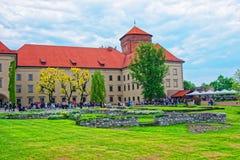 Ludzie i wewnętrzny podwórze Wawel Roszują Krakow zdjęcia royalty free