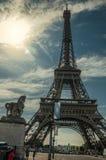 Ludzie i wieża eifla w słonecznym dniu przy Paryż Obraz Stock