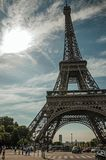 Ludzie i wieża eifla z niebieskim niebem i światłem słonecznym w Paryż Obrazy Royalty Free