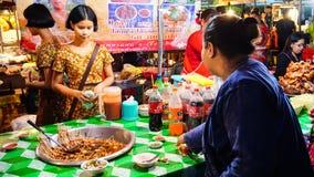 Ludzie ja handluje przy Sangkhlaburi ulicznym rynkiem który jest bardzo fa Obraz Stock