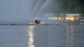 Ludzie jadą kaczki łódź przy parkiem zdjęcie wideo