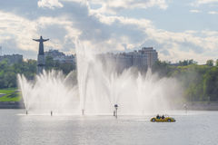 Ludzie jadą na żółtym Katamari o zilive fontannach w mieście Cheboksary, Chuvash republika Rosja 08/05/2016 Obrazy Royalty Free