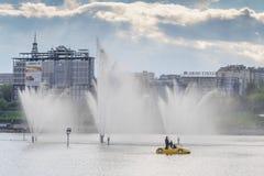 Ludzie jadą na żółtym Katamari o zilive fontannach w mieście Cheboksary, Chuvash republika Rosja 08/05/2016 Obrazy Stock