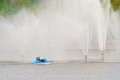Ludzie jadą na błękitnym Katamari o zilive fontannach w mieście Cheboksary, Chuvash republika Rosja 08/05/2016 Obrazy Stock