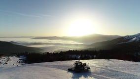 Ludzie jadą w snowmobile na wzgórzach tło ranku słońce i niskie chmury dalej halny, oszałamiająco, zbiory