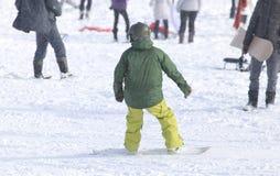 Ludzie jazda na snowboardzie na śniegu Zdjęcie Stock