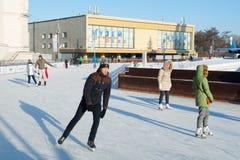 Ludzie jeździć na łyżwach na lodowym lodowisku 22 01 2019 zdjęcie royalty free