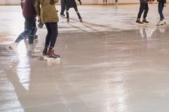 Ludzie jeździć na łyżwach w parku na zimie jeździć na łyżwach lodowego lodowisko obraz royalty free