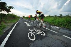 Ludzie jeździć na rowerze w parku po podeszczowego powstrzymywania, Bangkok Tajlandia Fotografia Royalty Free