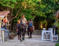 Ludzie jeździeckich koni w Gil Meno, Indonezja Zdjęcie Stock