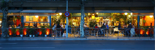 Ludzie je na ulicie przy półmrokiem, Sevilla Fotografia Stock