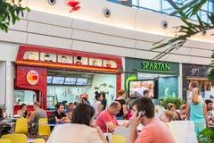 Ludzie Je Przy fast food restauracjami Zdjęcie Royalty Free